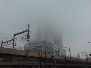今日のJRツインタワーは雨雲の中